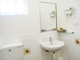 2 Bedroom Family - Bathroom at Country Lodge Motor Inn